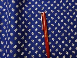 Fehér kisvirágos kékfestő jellegű vászon (2507)
