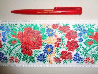 10 cm széles hímzett szalag, fehér - kék virágokkal (2677)