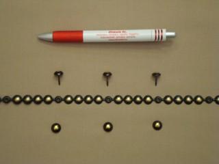 Kárpitos dísz-szeg, méteres, fekete alapon sárgaréz középpel (2561-3)