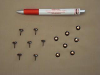 Kárpitos dísz szeg, darabos, fekete alapon vörösréz középpel (2851-5)