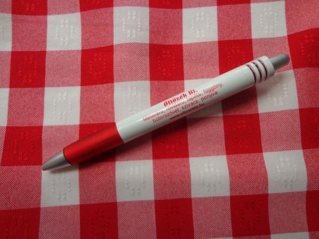 Kockás minimatt szövet, hímzett, piros-fehér (3186)
