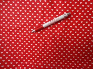 Mintás pamutvászon, piros alapon fehér szíves (3871)