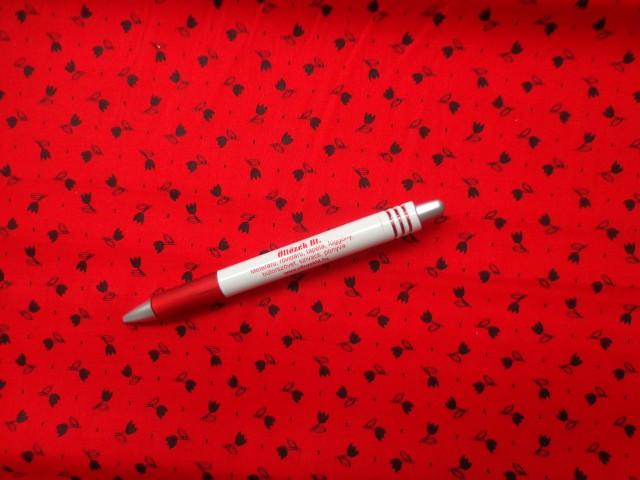 Mintás pamutvászon, piros alapon fekete tulipános (3878)