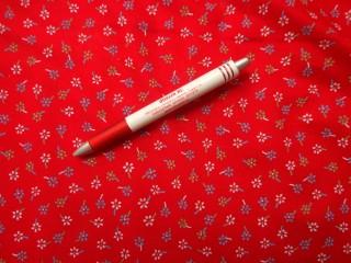 Mintás pamutvászon, piros alapon kék-zöld virágok (3890)