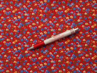 Mintás pamutvászon, piros alapon, kék-sárga virágok (3892)