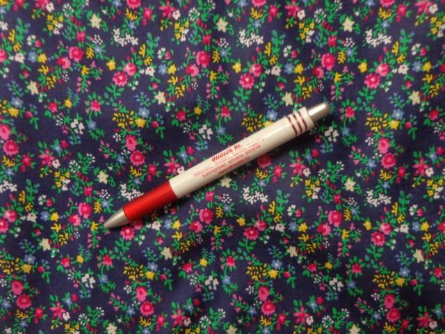 Mintás pamutvászon, sötétkék alapon pink virágos (3894)
