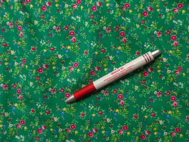 Mintás pamutvászon, világos zöld alapon pink virágos (3895)