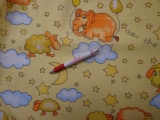 Gyerekmintás vászon, sárga alapon felhős, baris (4154)