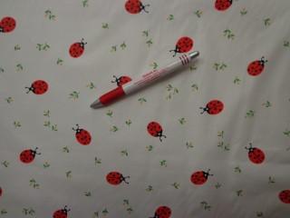 Gyerekmintás vászon, fehér alapon katicás (4164)