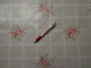 Viaszos vászon, szürkés fehér kockás, rózsaszín virág (4479)