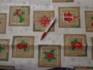 Loneta, karácsonyi vászon, drapp kockában piros-zöld díszek (5234)
