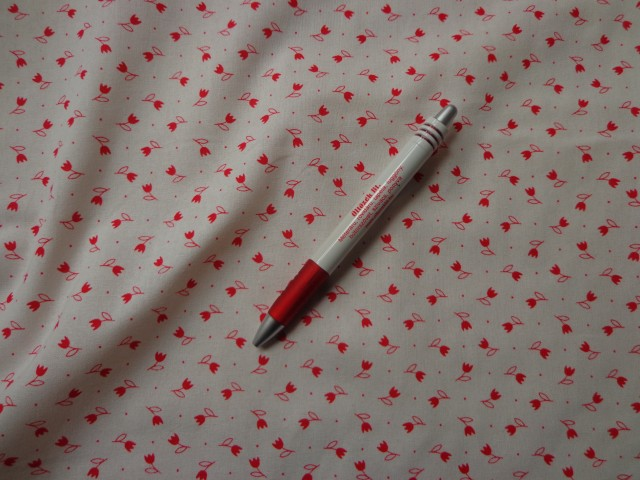 Mintás pamutvászon, fehér alapon piros tulipános (5329)