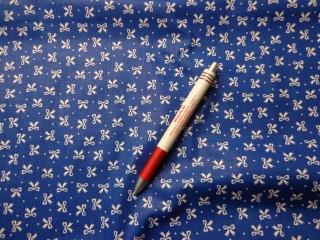 Mintás pamutvászon, kék alapon fehér masnis (5331)