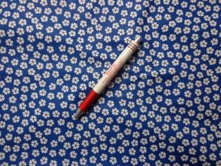 Mintás pamutvászon, kék alapon fehér lóhere virágos (5332)