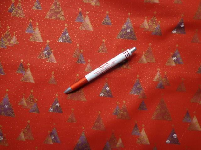 Karácsonyi karton, piros alapon háromszög fenyők (5833)