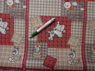 Gyerekmintás vászon, drapp-bordó kockás, állatos (7864)
