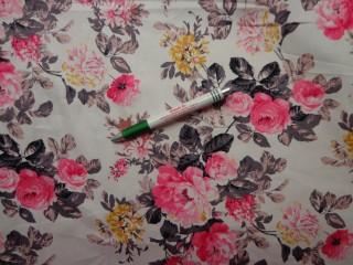 Virágos farmer anyag, fehér alapon rózsaszín és sárga virágok, rugalmas  (8466)