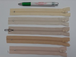 RT0-s, 18 cm hosszú, műanyag, spirál fogú cipzár, világos drapp (8587)