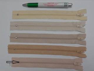 RT0-s, 18 cm hosszú, műanyag, spirál fogú cipzár, púder (8589)