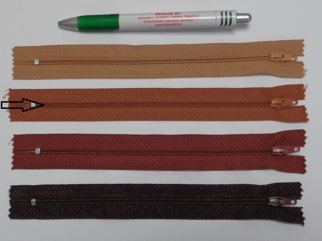 RT0-s, 18 cm hosszú, műanyag, spirál fogú cipzár, világos barna (8591)