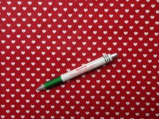 Mintás pamutvászon, meggy színű alapon fehér szíves (8681)
