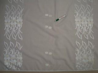Fehér alapon virágmintás fényáteresztő függöny, 300 cm magas (9258)