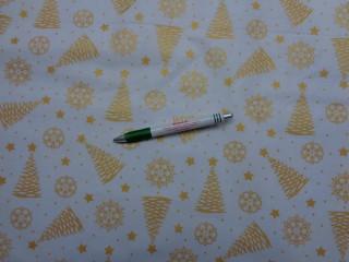 Karácsonyi mintás pamutvászon, fehér alapon arany fenyőfák-hópelyhek (9436)