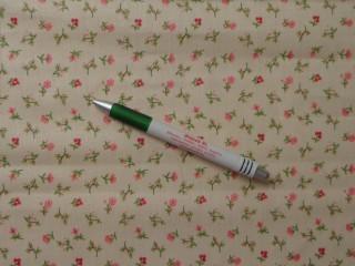 Mintás pamutvászon, vajszínű alapon rózsaszín kis virágok (9811)