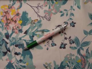 Virágos farmer anyag, fehér alapon türkiz mintás, rugalmas (9892)