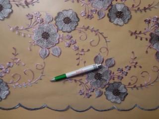 Mintás, rugalmas tüll, szürke alapon mályva virágos  (10019)