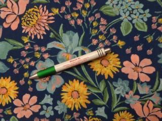 Krepp selyem, sötétkék alapon pasztell színű virágok (10021)
