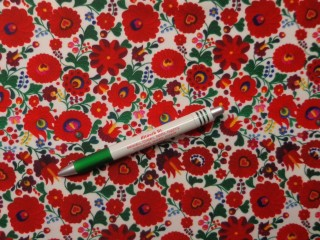 Barbi jersey, fehér alapon kalocsai mintás (10092)