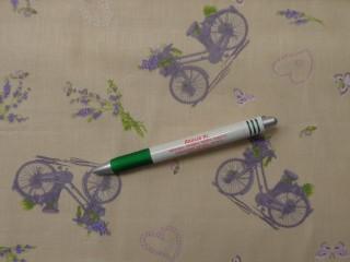 Mintás pamutvászon, világos drapp alapon levendulás, biciklis, szívecskés (10108)