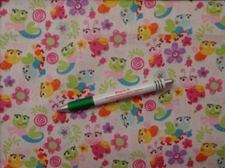 Gyerekmintás pamutvászon, fehér alapon színes, katicás, virágos (10360)
