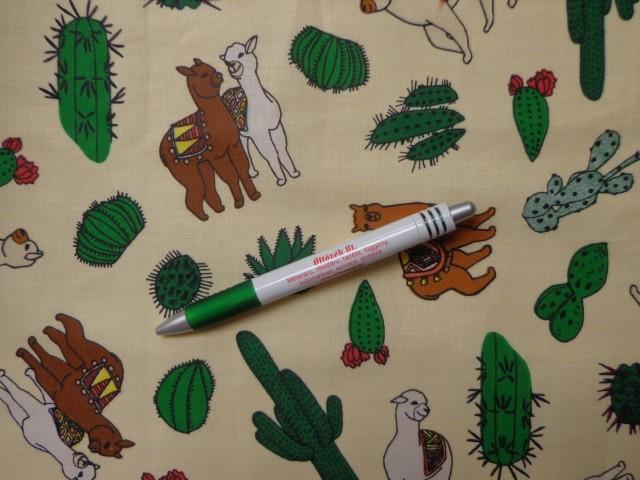 Gyerekmintás pamutvászon, vajsárga alapon kaktuszok, lámák (10566)