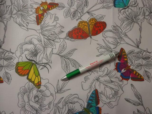 Gyerekmintás pamutvászon, szürke-fehér alapon színes pillangók (11063)
