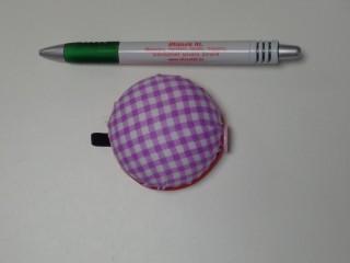 Tűpárna, karra felhúzható, lila kockás (11114)