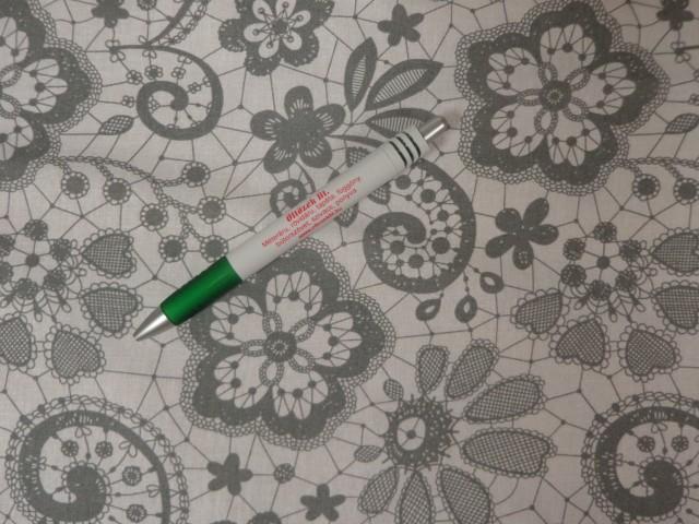 Mintás pamutvászon, fehér alapon szürke csipke mintás (11166)