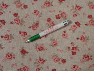 Loneta, drapp alapon kis rózsás, kerti bútor vászon (11261)