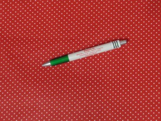 Mintás pamutvászon, piros alapon fehér apró pöttyös (11264)