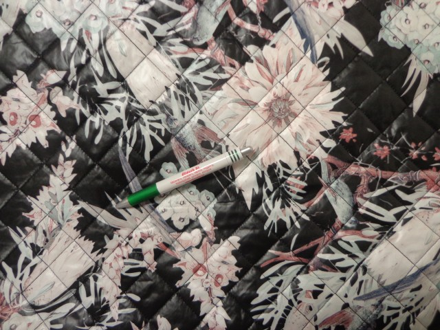 Steppelt, mintás kabátanyag, fekete alapon virágos (11504)