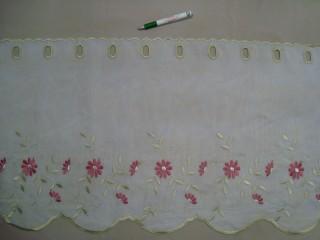 Hullámos aljú, fehér alapon bordó-arany hímzett,  virágos mintájú, voile anyagú vitrázsfüggöny, 45 cm magas (7223-11)