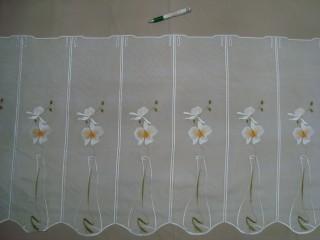Hullámos aljú, fehér alapon fehér-narancs-zöld hímzett,  virágos mintájú, voile anyagú vitrázsfüggöny, 60 cm magas (7223-13)