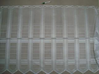 Cikk-cakkos aljú, fehér, vonalkázott mintájú jacquard vitrázsfüggöny, 90 cm magas (7223-15)