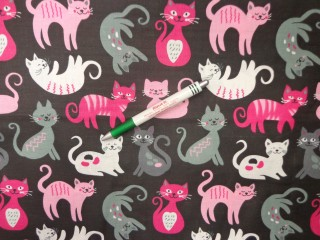 Gyerekmintás pamutvászon, fekete alapon pink-szürke-rózsaszín cicák (11586)