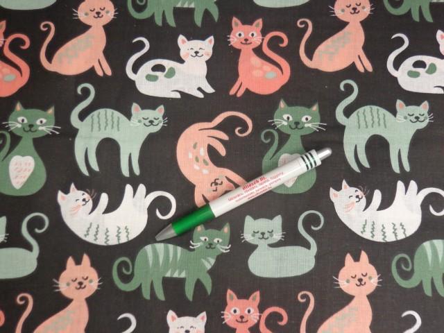 Gyerekmintás pamutvászon, fekete alapon barack-zöld-fehér cicák (11587)