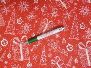 Karácsonyi mintás pamutvászon, piros  alapon ajándék-karácsonyfa (12085)
