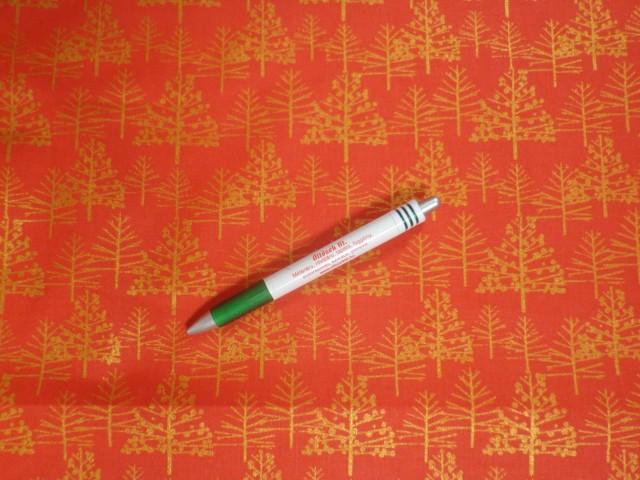 Karácsonyi mintás pamutvászon, piros alapon arany fenyőfák (12093)