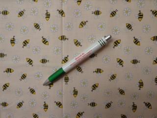 Gyerekmintás pamutvászon, ekrü alapon méhecskés (12516)