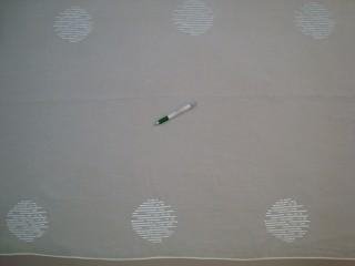 Fehér alapon fehér, kör mintájú, gyűrt anyagú fényáteresztő függöny, 180 cm magas (7328-11)